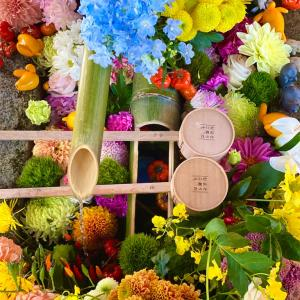 【毘沙門堂勝林寺】🍁美しい花手水🌈と和傘と鬼滅の刃かな⁉️