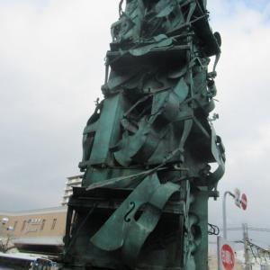 宝塚駅前の楽器のオブジェです。