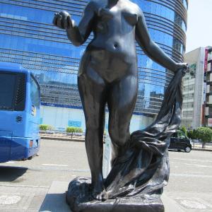 静岡駅新幹線口の女神様に見送られつつ岡山に戻ります。