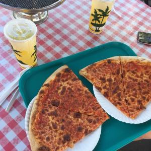 ハワイの巨大ピザに閉口する