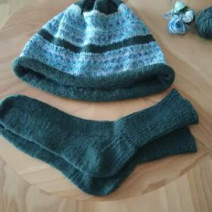 Opal毛糸で靴下と残り糸で帽子を編みました