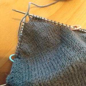 左右同時編みの靴下、かかとにはいりました