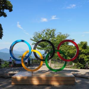 高尾山に五輪のモニュメントを見に行くぞ!4号路から吊り橋も緑の豊かなコースだった