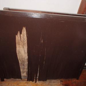 両開きの木製の雨戸が風で壊され木製の窓だけでは雨漏れします アルミサッシの窓にしました