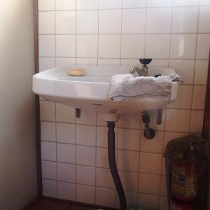 2階の洗面器の亜鉛管の給水管から水漏れ