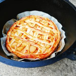 初心者でも簡単! ダッチオーブンでアップルパイを焼こう! 作り方とコツを紹介します