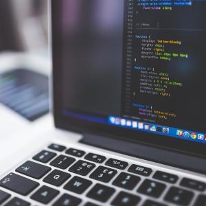 プログラミング言語Rustとは?Rustの特徴・メリット、できることを解説