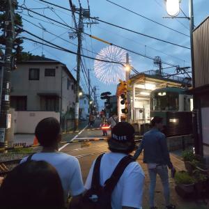 海外「日本は花火も人も素晴らしい」鎌倉花火大会の周辺を散歩撮影した2019年当時の動画に海外感動