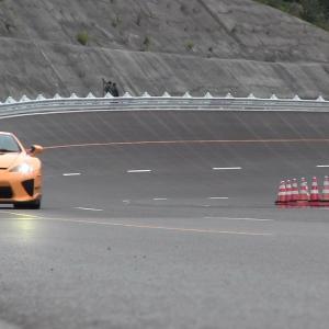 5台のレクサスLFAがテストコースで次々に疾走してエンジン音を奏でる定点撮影映像に海外感動