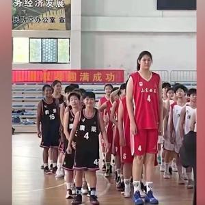 14歳で226センチの中国人バスケ少女が話題に(海外の反応)