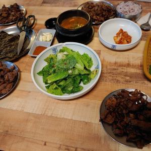 「大邱ハル」という日本についての情報が多いカフェ。そして「コッピ食堂」という食堂で練炭焼肉とミルミョン。