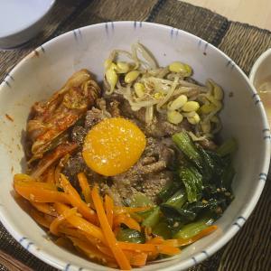 料理酒で漬け込んで豚肉の味が際立つ、三色ナムルと塩ダレ豚カルビのビビンバ丼