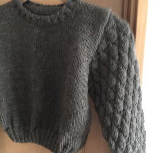 袖が松ぼっくりみたいなセーター