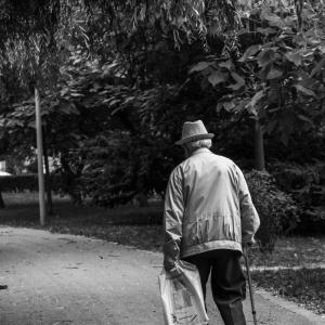 【解説】転びやすい高齢者の特徴と対策【特徴は3つ/対策は運動】