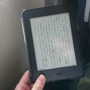 飛行機の移動や休憩のときには電子書籍端末が便利