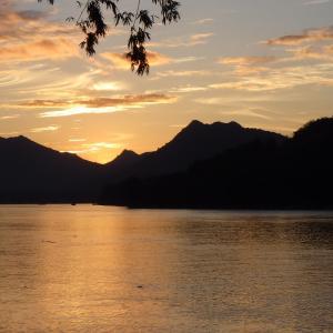夕焼けが美しく見える季節に足を止めて空を見る、夕日は世界共通