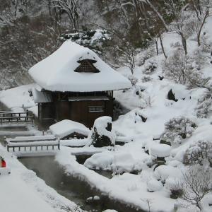 冬の福島高湯温泉 旅館玉子湯 ふわふわ雪の雪見露天風呂