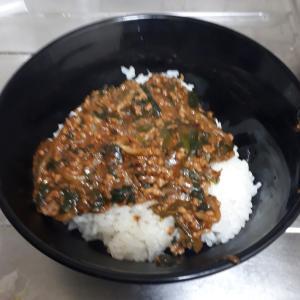 今朝の夜勤明けご飯~挽き肉ともやしのピリ辛味噌丼