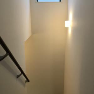+家+ リビング階段に突っ張り棒