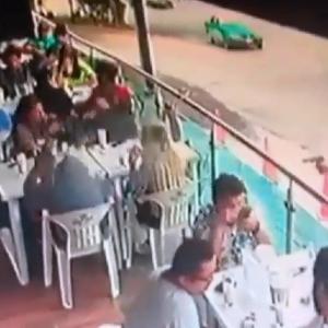 家族で食事中にヒットマンに狙われたギャングの男→