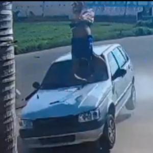 車に突っ込まれた自転車と男、めちゃくちゃ飛ぶ