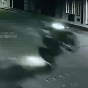 ヒャッハー!調子に乗ったバイクが親子連れを吹っ飛ばす