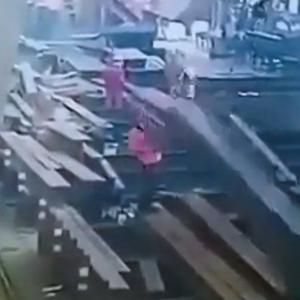 鉄骨を吊り上げたワイヤーが断裂、作業員に。。