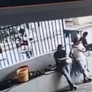 【メキシコ】駐車場での素早い暗殺動画