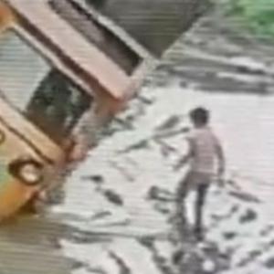 泥濘を走る車の近くにいてはいけない理由→