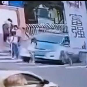 【死人に口無し】少女を倒してしまったタクシー、止まらず踏み殺して逃走