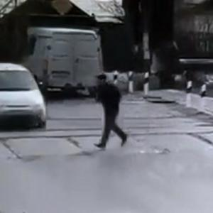 車道を横切ろうとした男、確認不足で吹っ飛ばされた先で。。