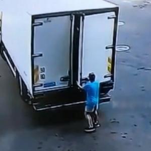 トラックに荷物を積む時に注意しなければいけないこと