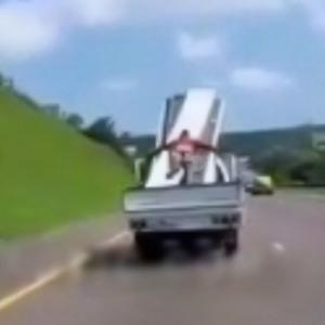 「トラックの荷物を止めるロープがない?俺がロープの代わりになるよ」結果→
