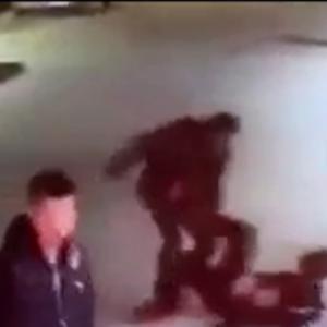 中国のヤクザ、「包丁の二刀流」で敵の幹部を仕留める瞬間