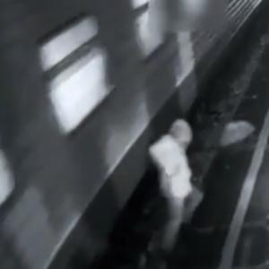 電車のすぐそばを歩いていた男、足が無くなる。。