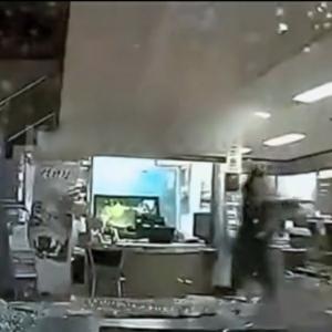 ゲームかよ!車でビルに突入する車載カメラ映像