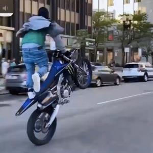 街中でバイクの「曲乗り」を披露してた男、ざまぁになるwww