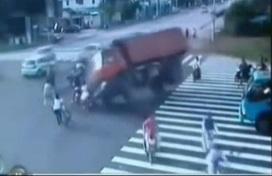 【衝撃動画】ダンプカーが横転、通行人を潰す