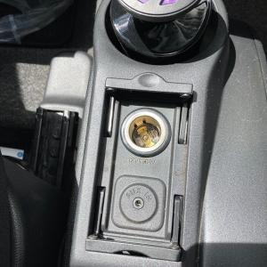 車でスマホの充電 | 中古デミオとiPhone SE 2の組み合わせ例
