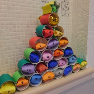 クリスマス【0円工作】アドベントカレンダーをトイレットペーパーの芯で作る。迫力のツリー型でイブまでカウントダウン