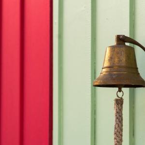 2階にいると呼び鈴が聞こえない      I can't hear the bell when I am upstairs