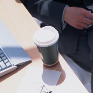 キーボードにコーヒーをこぼしました – 対処法も教えます