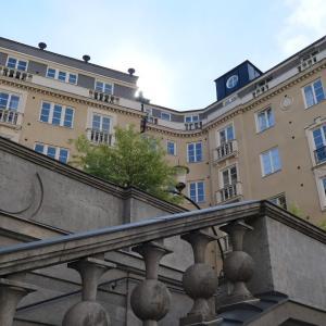 北欧陶器で有名な歴史的通りにたたずむ美しいマンション