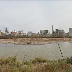 新潟県新潟市北区松浜町 河口付近に集積する大量の流木・・・しかし通路が工場の敷地内
