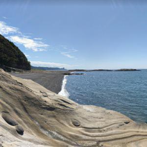 【海岸の流木】和歌山県西牟婁郡白浜町中 自然美を感じる磯辺の浜に打ち上げられた流木