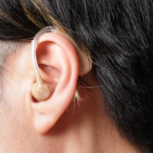 年齢的に聴力改善は難しい、補聴器をした方が良いと言われました。補聴器って必要?