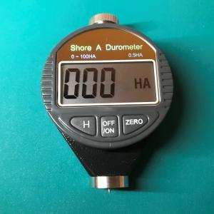 硬度計でラバー硬度を測る