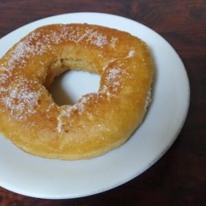 フライパンで簡単に作れるドーナツのレシピ。カラッと揚げるコツ・注意点も解説。