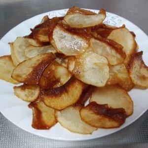 フライパンで作れるお手製ポテトチップスのレシピ。パリッと揚げるコツ等も解説。
