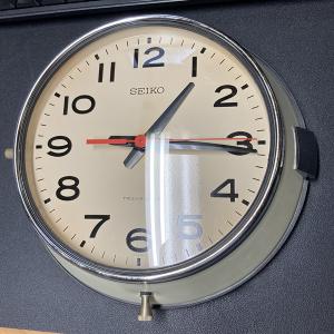 大きなのっぽの古時計 だったらカッコいいが、ただの古い壁掛け時計。